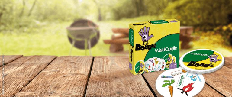 Dobble waldquelle Spiel auf Holztisch im Garten
